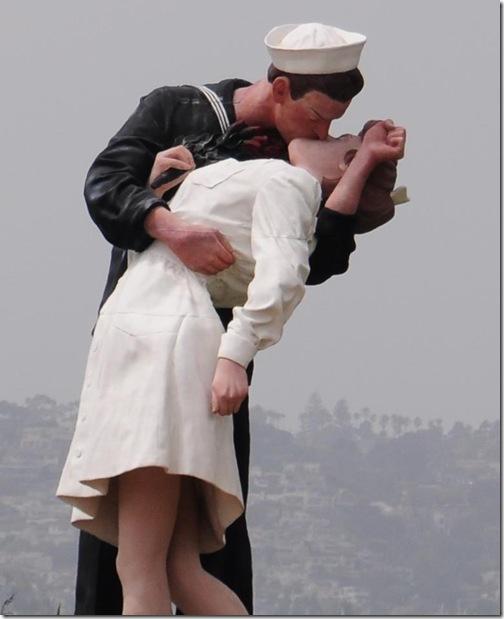 kissing_sculpture_us