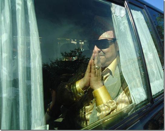 gyanendra_greeting_in_car_pokhara_visit (1)
