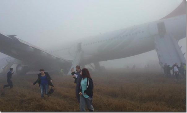 passengers getting out of turkish airlines