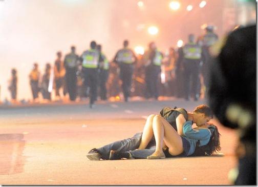 Vancouver-riot-couple_kiss