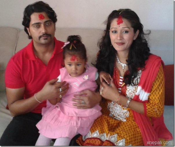 melina_manandhar_mukesh_dhakal_dashain_2069_with_daughter