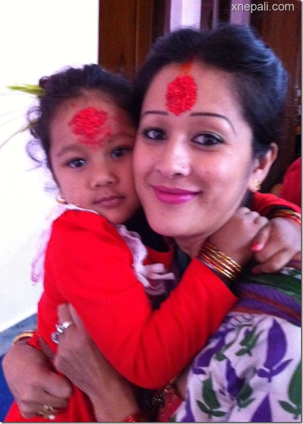 melina manandhar with daughter in dashain